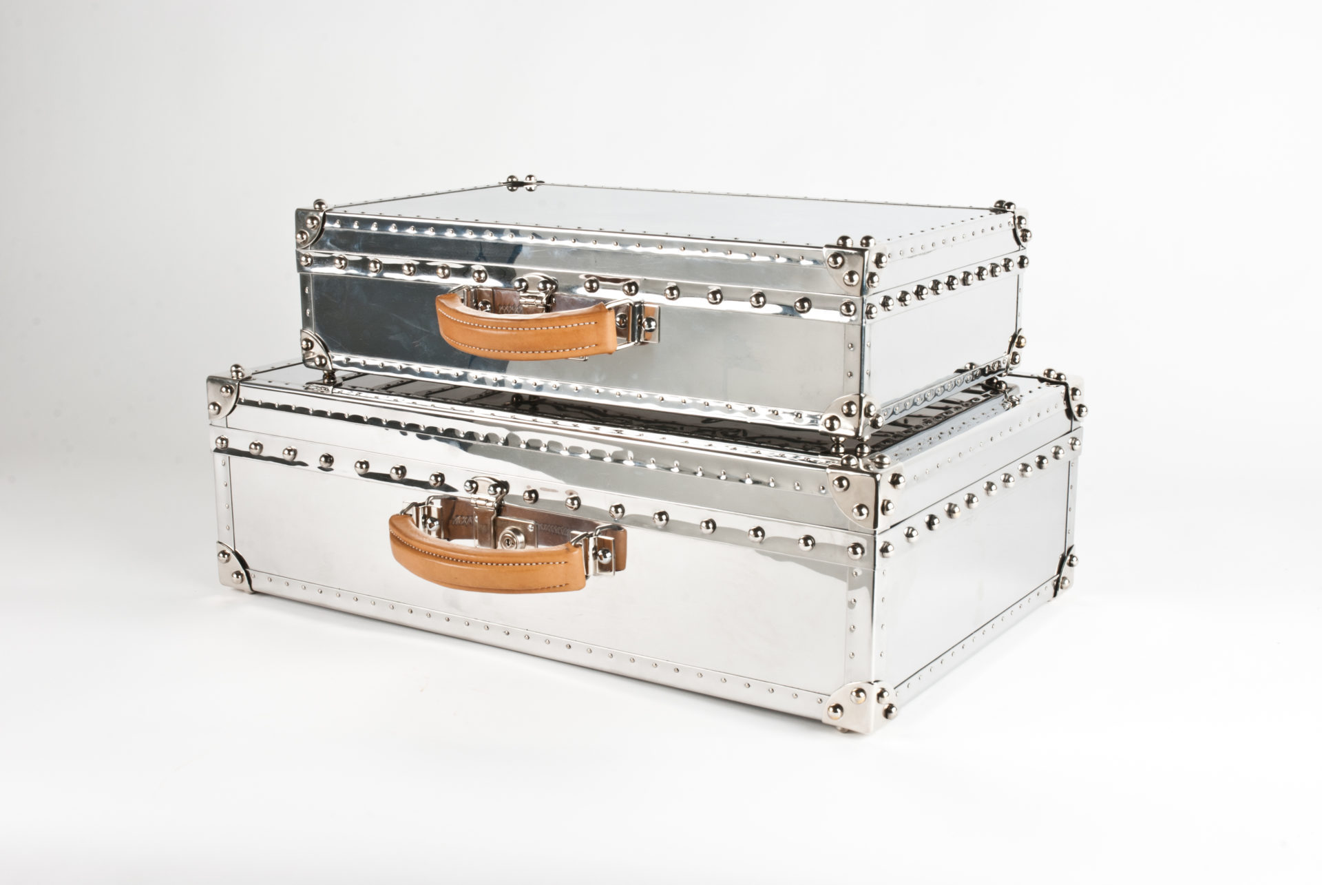 CLOSED METAL SUITCASES